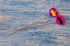 Décor pour le jour de la valentine sainte sous forme de coeurs roses sur un bâton en bois Image libre de droits