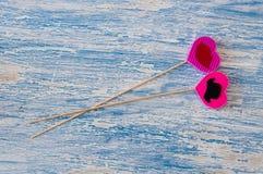 Décor pour le jour de la valentine sainte sous forme de coeurs roses sur un bâton en bois Images libres de droits