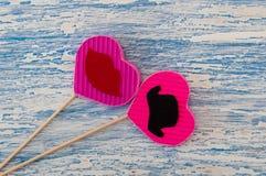 Décor pour le jour de la valentine sainte sous forme de coeurs roses sur un bâton en bois Photographie stock libre de droits