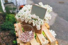 Décor rustique de mariage, disposition lilas avec la carte de mariage et aq Photo stock