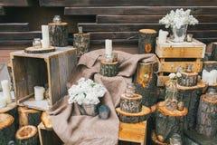 Décor rustique de mariage, escaliers décorés avec des tronçons et arr lilas Photographie stock libre de droits