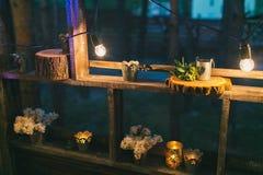 Décor rustique de mariage, support d'étagère avec des dispositions lilas et le su Images stock
