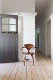Décor simple de chaise en bois classique dans l'entrée d'appartement photos libres de droits