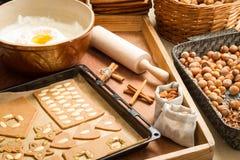 Décorant des biscuits de pain d'épice nuts juste avant la cuisson Images libres de droits
