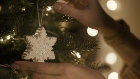Décorant l'arbre de Noël, les décorations corrige Lumières chaudes à l'arrière-plan banque de vidéos