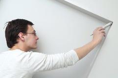 Décorateur d'ouvrier de peintre avec le balai Photographie stock libre de droits