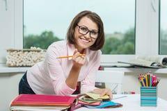 Décorateur féminin, concepteur travaillant avec des échantillons de tissus et matériaux d'indépendant image stock