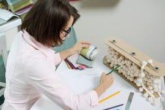 Décorateur féminin, concepteur travaillant avec des échantillons de tissus et matériaux d'indépendant photographie stock libre de droits