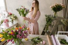Décorateur professionnel de fleuriste dans le fleuriste Photos stock