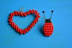 Décoratif rouge et bleu de scarabée de perles Image stock
