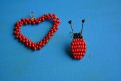 Décoratif rouge et bleu de scarabée de perles Photos libres de droits