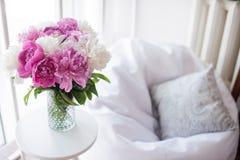 Décoration à la maison, pivoines roses fraîches sur la table basse dans le roo blanc Images libres de droits