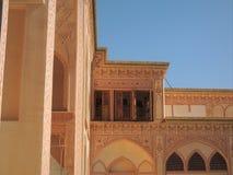 Décoration élégante et baroque de façade et corniches de palais de Kashan Image stock