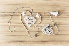 Décoration accrochante blanche avec des coeurs sur le fond en bois Photo libre de droits