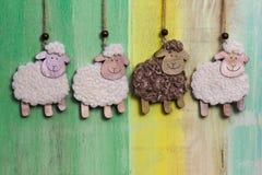 Décoration accrochante faite main de moutons blancs et noirs Photographie stock libre de droits