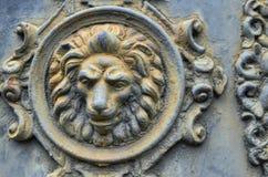 Décoration antique de bas-relief en métal, tête d'un lion images libres de droits