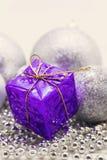 Décoration argentée de Noël, boules, perles, isolat haut étroit de cloche Photographie stock