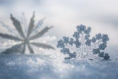 Décoration argentée de Noël sur la neige Images stock