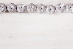 Décoration argentée de pommes de Noël sur le fond blanc en bois Photo libre de droits