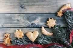 Décoration avec des biscuits pendant Noël et la nouvelle année sur un b en bois Photos stock