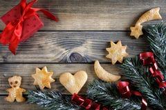 Décoration avec des biscuits pendant Noël et la nouvelle année sur un b en bois Images libres de droits