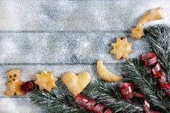 Décoration avec des biscuits pendant Noël et la nouvelle année sur un b en bois Image stock