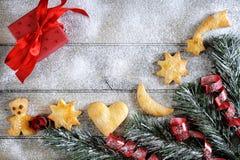 Décoration avec des biscuits pendant Noël et la nouvelle année sur un b en bois Photographie stock
