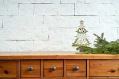 Décoration avec des brindilles de sapin et d'arbre de Noël sur une étagère sur le fond d'un mur de briques photo stock