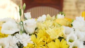 Décoration avec les fleurs jaunes et blanches fraîches Fin vers le haut banque de vidéos