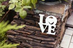 Décoration blanche en bois de mariage avec amour de mot Photo libre de droits