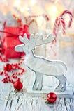 Décoration blanche et rouge de Noël avec des cerfs communs, carte de voeux Photos stock