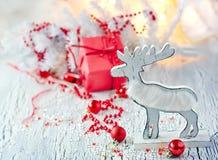 Décoration blanche et rouge de Noël avec le renne, carte de voeux Image libre de droits
