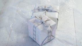 Décoration brillante de table de Noël avec deux présents argentés banque de vidéos