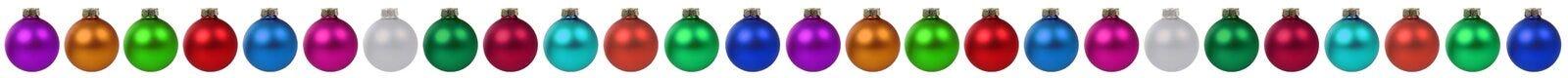 Décoration colorée de babioles de boules de frontière de Noël dans un isolant de rangée Photo stock