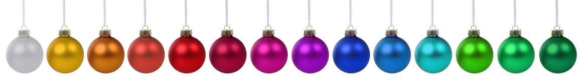Décoration colorée de babioles de boules de Noël dans une rangée d'isolement dessus Photographie stock libre de droits