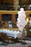 Décoration colorée de ballons dans un restaurant Images stock