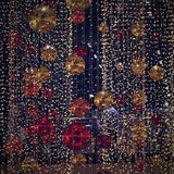 Décoration colorée de Noël Vacances d'hiver et ornements traditionnels sur un arbre de Noël Chaînes d'éclairage - bougies pour la Images libres de droits