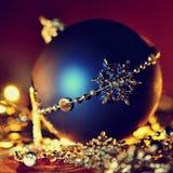 Décoration colorée de Noël Vacances d'hiver et ornements traditionnels sur un arbre de Noël Chaînes d'éclairage - bougies pour la Photo stock