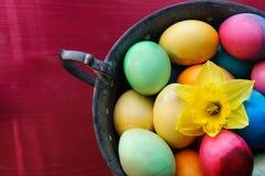 Décoration colorée de tasse d'oeufs de pâques Photos stock