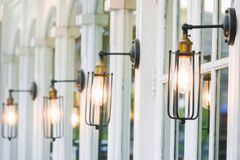Décoration d'éclairage de vintage sur des fenêtres photographie stock libre de droits