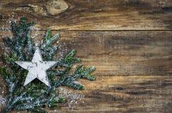 Décoration d'étoile de Noël sur le bois brun rustique Photo stock