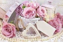 Décoration d'amour dans le style chic minable pour épouser ou val romantique Images stock