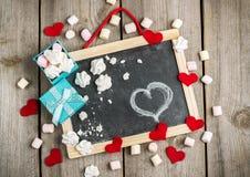 Décoration d'amour et de Valentine Day avec des coeurs, cadre, boîte-cadeau Photographie stock libre de droits