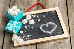 Décoration d'amour et de Valentine Day avec le boîte-cadeau Photographie stock