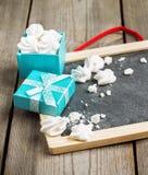 Décoration d'amour et de Valentine Day avec le cadre, boîte-cadeau Photographie stock