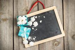 Décoration d'amour et de Valentine Day avec le cadre et le boîte-cadeau Image stock