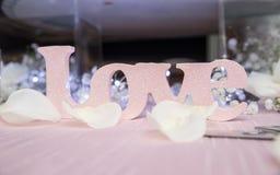 Décoration d'amour sur la table rose Image libre de droits