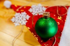 Décoration d'arbre de boule de nouvelle année sur le fond rouge Photo stock