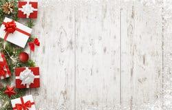 Décoration d'arbre de cadeaux et de Noël sur la table en bois blanche avec l'espace libre pour le texte Photos libres de droits