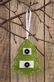 Décoration d'arbre de Noël accrochant sur une brindille Image libre de droits